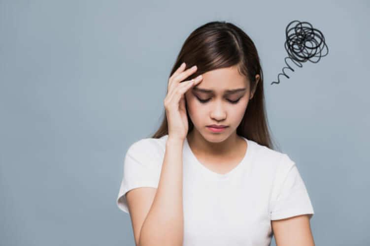 女性が頭を抱えて悩んでいる
