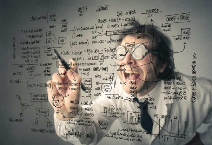 学者が複雑な計算式をボードに書いている